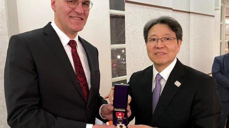 OB Kurt Gribl erhielt den Orden in München vom japanischen Generalkonsul Tetsuya Kimura.