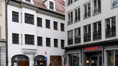 Von der Maximilianstraße aus gesehen sieht das Harterhaus (das weiß verputzte Gebäude) unscheinbar aus.
