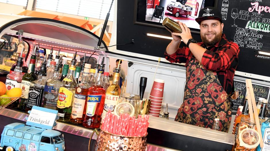 Ein VW-Bus als mobile Bar: Curiman Marian Claudiu ist in Halle 5.