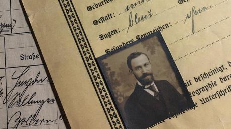 Das Porträt des ermordeten jüdischen Arbeiters Josef Zebrak auf einem 1918 ausgestellten Passdokument, wie es im Augsburger Stadtarchiv aufbewahrt wird.