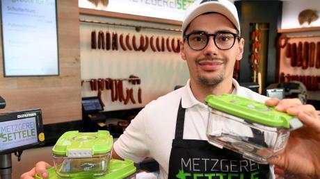 Mehrweg ist immer mehr ein Thema: Bei Metzgermeister Maximilian Settele in Haunstetten gibt es jetzt Pfandboxen.