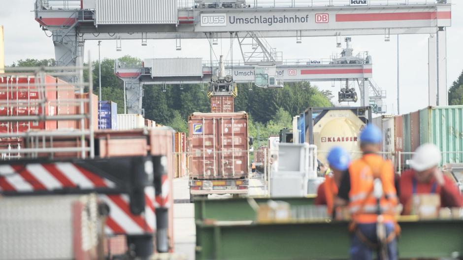 In Dornstadt bei Ulm betreibt die DB-Tochter Duss einen Umschlagbahnhof für Container. Auch in Augsburg soll ein ähnliches Terminal entstehen.