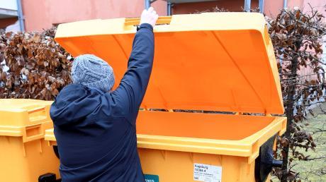 Bei den neuen Wertstoffcontainern muss eine Hand am Deckel bleiben.