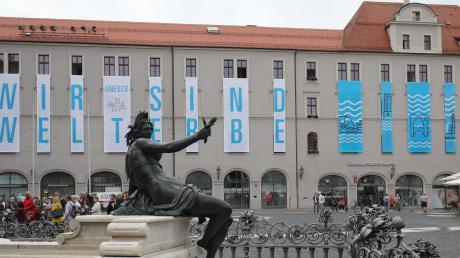 Die Freude nach dem Erhalt des Welterbe-Titels war im vergangenen Jahr in Augsburg groß: Es wurden unter anderem Transparente am Verwaltungsgebäude aufgehängt. Nun würden weitere Aufgaben auf die Stadt zukommen, wurde auf dem Festakt angesprochen.
