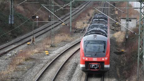 Auf der Strecke München-Lindau geht es in Richtung Elektrifizierung: Am Memminger Bahnhof ist die Oberleitung bereits installiert.