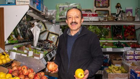 Das Angebot von Mahmut Orhan in seinem Geschäft Feinkost Orhan hat sich aus 30-jähriger Erfahrung entwickelt. Die Stammkunden wissen genau, was sie hier kaufen können. Im Sommer zählen Wassermelonen zu den Verkaufsschlagern, im Winter Äpfel und Granatäpfel, Mandarinen und Quitten.