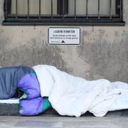 Obdachlose sind oft auf Schlafsäcke angewiesen, wie ein Mann ohne festen Wohnsitz in Augsburg. Doch sein Schlafsack wurde von einem Unbekannten offenbar mutwillig beschädigt. Symbolbild