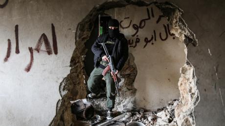 """Ein Augsburger hat versucht, sich der Gruppe """"Hayat Tahrir al-Scham"""" in Syrien anzuschließen. Dafür wurde er nun vor dem Oberlandesgericht in München verurteilt."""
