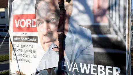 Dieses Plakat steht in Lechhausen, der Sturm hat das Bild von Eva Weber teils abgerissen und Heinz-Christian Strache offen gelegt.