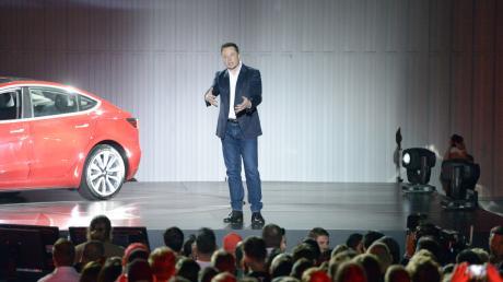 Elon Musk gilt als höchst erfolgreicher Technikunternehmer, der seine Visionen in die Realität umsetzt, etwa mit dem Bau von Elektrofahrzeugen.