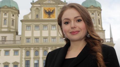 Anna Tabak vor dem Augsburger Rathaus. Sie möchte die große Regierungskoalition in Augsburg aufbrechen.
