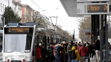 Die Anzeigetafel dokumentiert das besondere Ausmaß der Beeinträchtigungen im Nahverkehr: Am Bahnsteig B am Königsplatz halten derzeit die Tramlinie 2,3 und 6.