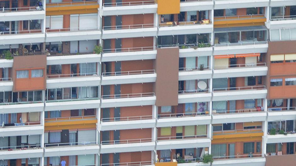 Die Zahl der Wohnungen hat nicht mit dem Bevölkerungswachstum Schritt gehalten (hier das Hochhaus in der Robert-Bosch-Straße in Lechhausen), der Wohnungsmarkt ist eng.