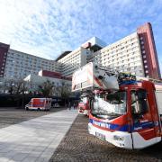Ein Großeinsatz der Feuerwehr am Uniklinikum Augsburg ist gerade zu Ende gegangen. Mitarbeiter hatten einen Brandgeruch gemeldet.