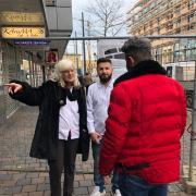 Friseurin Cilly Huber steht vor dem Salon Lamaso in der Bahnhofstraße und weist Passanten den Weg, die wegen der Absperrung nicht weiter wissen. Ihr Chef Michael Alesha (rechts) findet das Engagement seiner Mitarbeiterin gut.