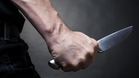 In Ingolstadt hat am Montagmorgen ein unbekannter Täter eine Spielhalle ausgeraubt. Der vermeintliche Räuber war mit einem Messer bewaffnet.