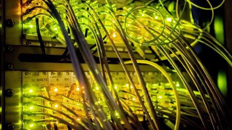 Blick in einen Technikraum für Mobilfunk: Weil der Netzausbau schleppend vorangeht, fordern Politiker jetzt empfindliche Strafen gegen die Betreiber.