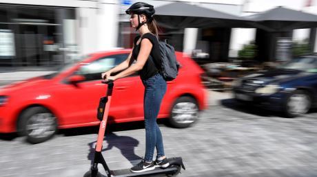 E-Scooter gelten als Kraftfahrzeuge.  Wer betrunken fährt und erwischt wird, muss im schlimmsten Fall seinen Führerschein abgeben und kassiert einen Punkt.