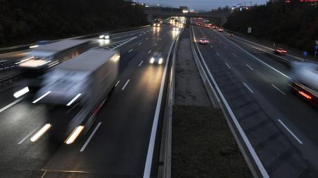 Auf der A8 passieren zwischen Neusäß und Friedberg viele Unfälle. Ein Tempolimit könnte aus Sicht der Polizei helfen.