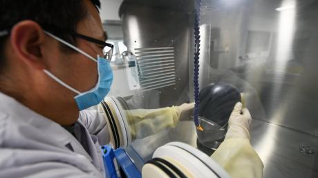 Ein Prüfer testet in einem Labor die Qualität einer Schutzmaske. Wegen der GrindTec gab es besorgte Anrufe beim Veranstalter, ob ein mögliches Sicherheitsrisiko für die Bevölkerung bestehe.