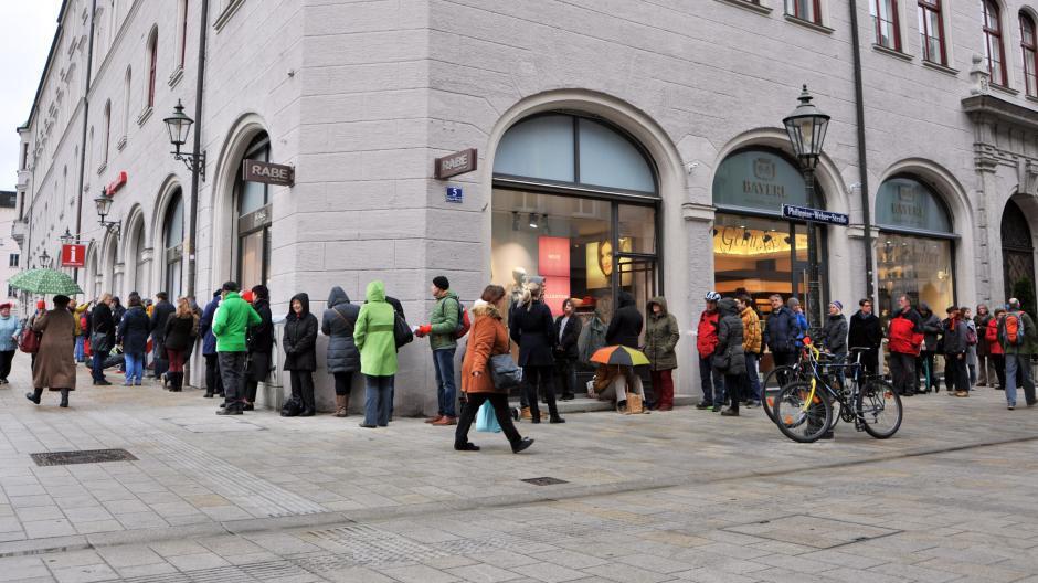 Das war das gewohnte Bild, wenn Karten für Augsburg Open am Eröffnungstag verkauft wurden: Vor der Touristeninformation am Rathausplatz bildete sich eine lange Schlange. Dieses Jahr gibt es die Karten nur noch online.