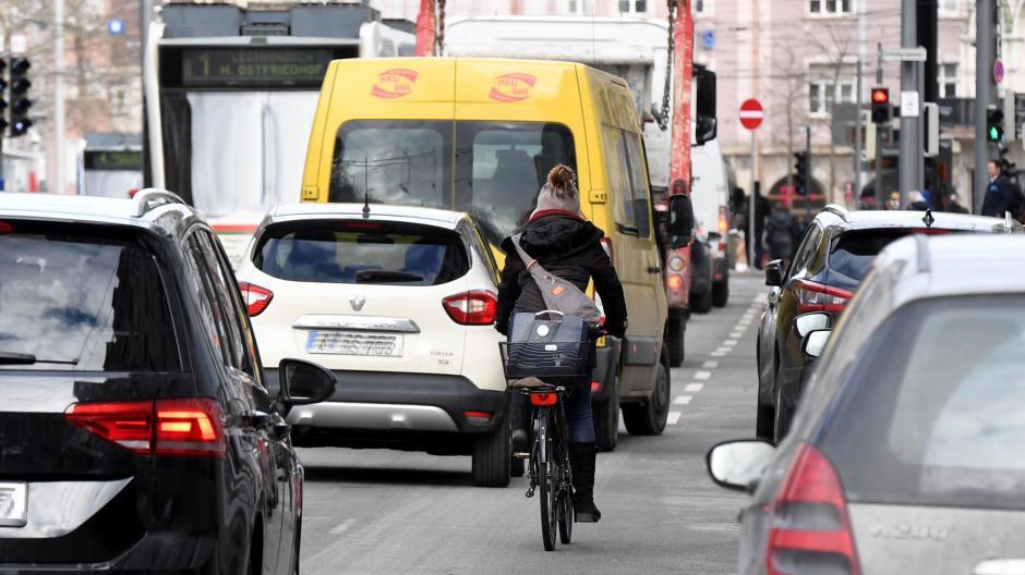 In der Hermanstraße (hinten ist der Königsplatz) geht es für Radler eng zu. Ein Bürgerbegehren will die Bedingungen für Fahrradfahrer verbessern.