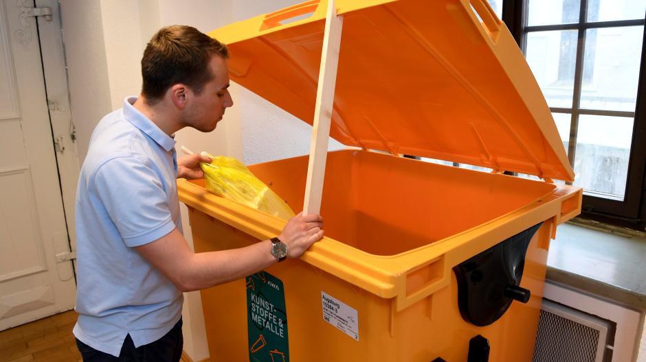 Die neue große Gelbe Tonne ist derzeit ein Anschauungsobjekt im Rathaus. Zu sehen ist auf dem Bild auch ein Stab, der die Deckel offen hält.