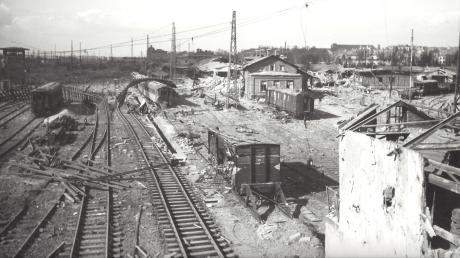 Von der Gögginger Straßenbrücke aus bot sich am 27. Februar 1945 ein Bild des Grauens. Die Bombenangriffe der Alliierten trafen die Augsburger Bahn-Infrastruktur schwer.