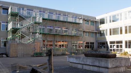 Die Schillerschule in Lechhausen soll nicht nur umfassend saniert werden. Im Hof ist auch ein Erweiterungsbau geplant, der Räume für das Ganztagsangebot sowie eine Mensa beherbergt.