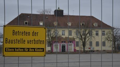 """Ein Bauzaun verhindert den Zugang zum ehemaligen Militärgebäude, das zuletzt den Club """"Kantine"""" beherbergte. Es wird demnächst zusammen mit dem Reese-Theater und der Krad-Halle abgerissen."""