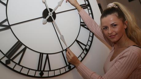 """Welche Rolle für Mona Castiello der Faktor Zeit spielt, erzählt sie im Schaltjahr. Siebenmal konnte sie in ihrem heute 28-jährigen Leben Geburtstag feiern. """"Wer hat an der Uhr gedreht?"""", fragte sich nicht nur der Rosarote Panther."""