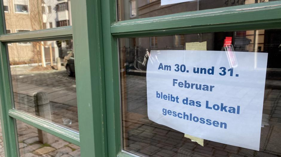 """Dieser Aushang ist im Lokal """"Brechts Bistro"""" angebracht. Wirt Klaus Wengenmayr nimmt das Schaltjahr 2020 aufs Korn."""
