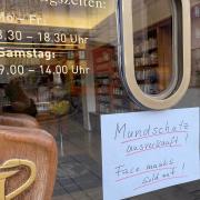 Das Coronavirus hinterlässt auch in Augsburg Spuren: Dieses Hinweisschild hängt an der Stern-Apotheke in der Maximilianstraße.