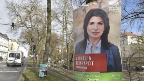"""Die Plakate hängen noch – und sie will auch in den Stadtrat. Aber bei der Vereinigung """"Wir sind Augsburg"""" ist Marcella Reinhardt jetzt ausgetreten."""