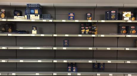 Leere Nudelregale im Supermarkt: In den vergangenen Tagen haben sich viele Deutsche mit Vorräten eingedeckt – aus Sorge vor dem Coronavirus.