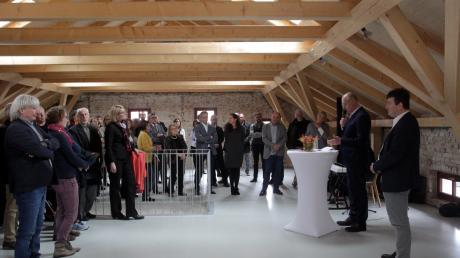"""Viele Menschen kamen zur Eröffnungsparty des neuen Jugendtreffs """"Alte Schule"""" in Hochzoll."""