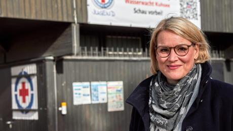 Eva Weber hat sich als Motiv für ihr Porträtfoto die Wasserwachtstation am Kuhsee herausgesucht. Erstens sei der Kuhsee einer der schönsten Augsburger Orte, zweitens stehe die Wachstation für die vielen Ehrenamtlichen, ohne die eine Gesellschaft nicht funktioniere.