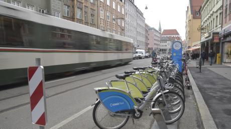 Abseits der Tram setzen die Stadtwerke verstärkt auf Leihräder. Diese stehen in der Karolinenstraße.
