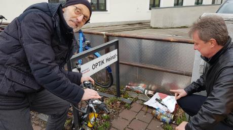 Hinter den teuer angeschafften Fahrradständern sammelt sich zum Ärger von Bernhard Heinzl (li.) und Walter Wölfle der Müll.