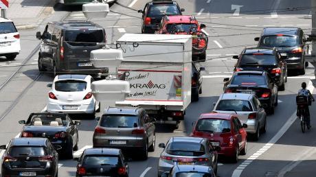 Die Autos dominieren nach wie vor Augsburgs Straßen - und die Zahl der zugelassenen Fahrzeuge nimmt immer weiter zu.