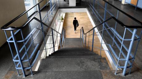 Blick ins Innere des Peutinger-Gymnasiums: Die Schule muss dringend saniert werden. Sie könnte aber auch ins Gebäude der Hermann-Schmid-Akademie umziehen.