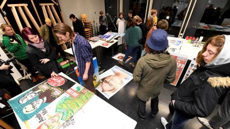 Studenten der Hochschule Augsburg haben Wahlplakate der Parteien und Vereinigungen zur Kommunalwahl kreativ umgestaltet. Bei den Zuschauern kamen die Motive gut an.