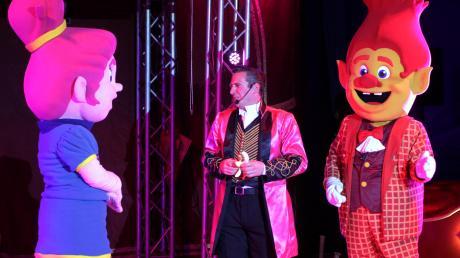 """Ein Zirkus, in dem bunte Maskottchen eine Hauptrolle spielen: Die Show """"Remos Trolle"""" mit Zirkuschef Remo Frank ist noch bis zum 22. März auf dem Riedinger-Gelände in Augsburg zu sehen."""