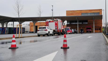 Corona-Einsatz für Feuerwehr, Rotes Kreuz und Mitarbeiter des Gesundheitsamtes: Im leer stehenden Abfalldepot in Haunstetten nahm am Wochenende eine zentrale Diganosestelle ihren Betrieb auf.