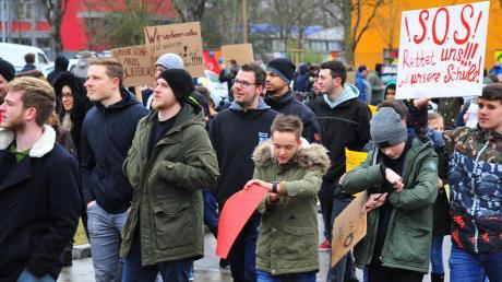 Der Ärger der Demonstranten richtete sich gegen die Stadt und auch gegen die CSU. Der Hintergrund: Schon kurz nachdem die Schließung der Hermann-Schmid-Akademie bekannt gegeben worden war, schlug die Partei den Kauf der Einrichtung vor.
