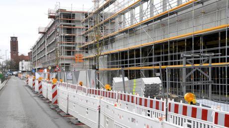 Die Wohnbaugruppe Augsburg baut in Kriegshaber an der Ulmer Straße derzeit zahlreiche neue Wohnungen. Außerdem werden ein Supermarkt, ein Drogeriemarkt und ein Café einziehen.