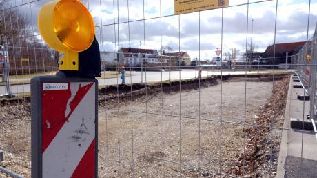 Entlang der geplanten Trasse der Straßenbahnlinie 3 wurde Erdreich ausgebaggert.