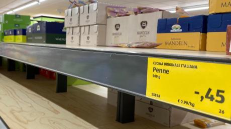 Ein leeres Nudelregal: So war es am Montagabend bei Aldi in der Lechhauser Straße. In vielen Augsburger Supermärkten sind Produkte wie Nudeln, Reis oder Klopapier nur noch spärlich verfügbar.