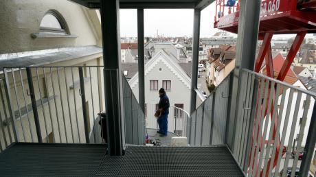 Über den Dächern Lechhausens haben die Handwerker ihre Arbeiten an der Feuertreppe beendet. Der Brandschutz an dem mehr als 100 Jahre alten Gebäude war nur eine von vielen Aufgaben, die seit Oktober 2018 für 5,1 Millionen Euro erledigt werden konnten.