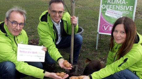 Roland Wegner (Mitte), Konrad Harle und Heike Rudolf von der V-Partei pflanzten Bäume, um auf ihr Bürgerbegehren aufmerksam zu machen.